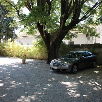 Parking ferme et gartuit hotel Le Chalet Fleuri Saint Rémy de Provence