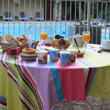 Petit déjeuner en terrasse proche des Alpilles